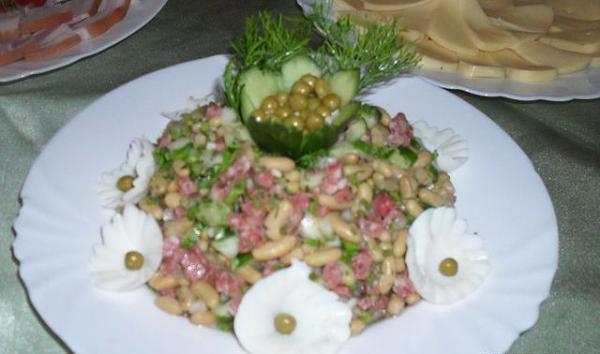 Рецепт Салат с колбасой и луком