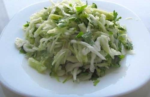 Рецепт Салат из свежей капусты с чесночной заправкой