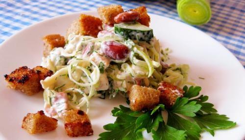 Рецепт Салат с чесночными сухариками и красной фасолью