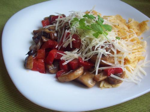Рецепт Яичница с грибами и перцем