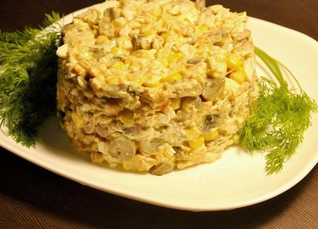 Рецепт Грибной салат с курицей и кукурузой