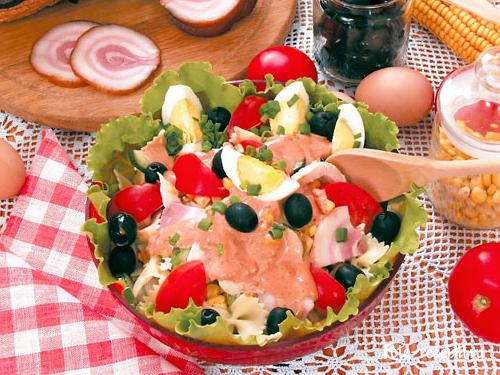 Рецепт Салат с макаронами, курицей и беконом