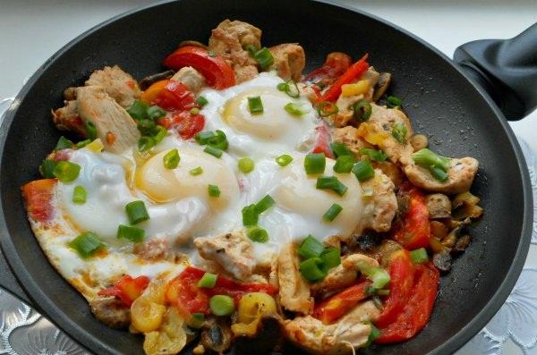 Рецепт Яичница с курицей и овощами