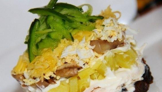 Рецепт Салат Венеция с куриной грудкой и черносливом
