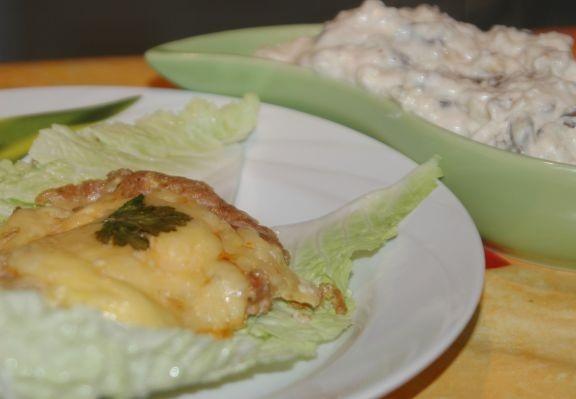 Рецепт Свинина с двойным сыром и грибным соусом